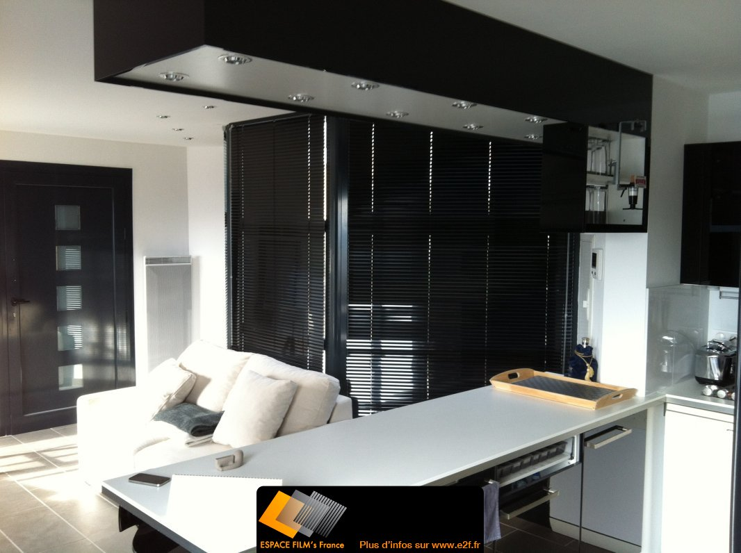 pose de store v nitien en aluminium noir. Black Bedroom Furniture Sets. Home Design Ideas