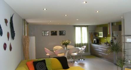 Plafond tendu blanc avec spots intégrés