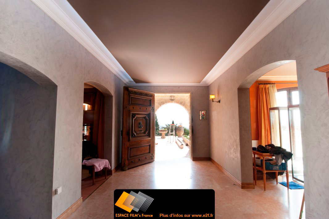 plafond tendu clair en p riph rie dans un restaurant haut de gamme. Black Bedroom Furniture Sets. Home Design Ideas