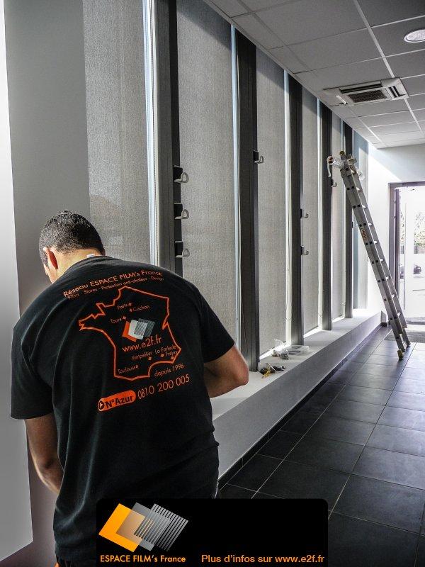 Pose de store cran soltis gris dans un office du tourisme - Office du tourisme de la croix valmer ...