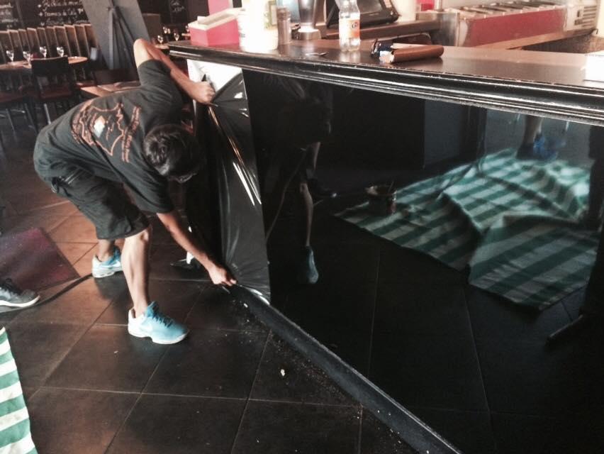pose de plaque dibond alu noir brillant corni re alu et cadre d 39 affichage menu avec contour en. Black Bedroom Furniture Sets. Home Design Ideas
